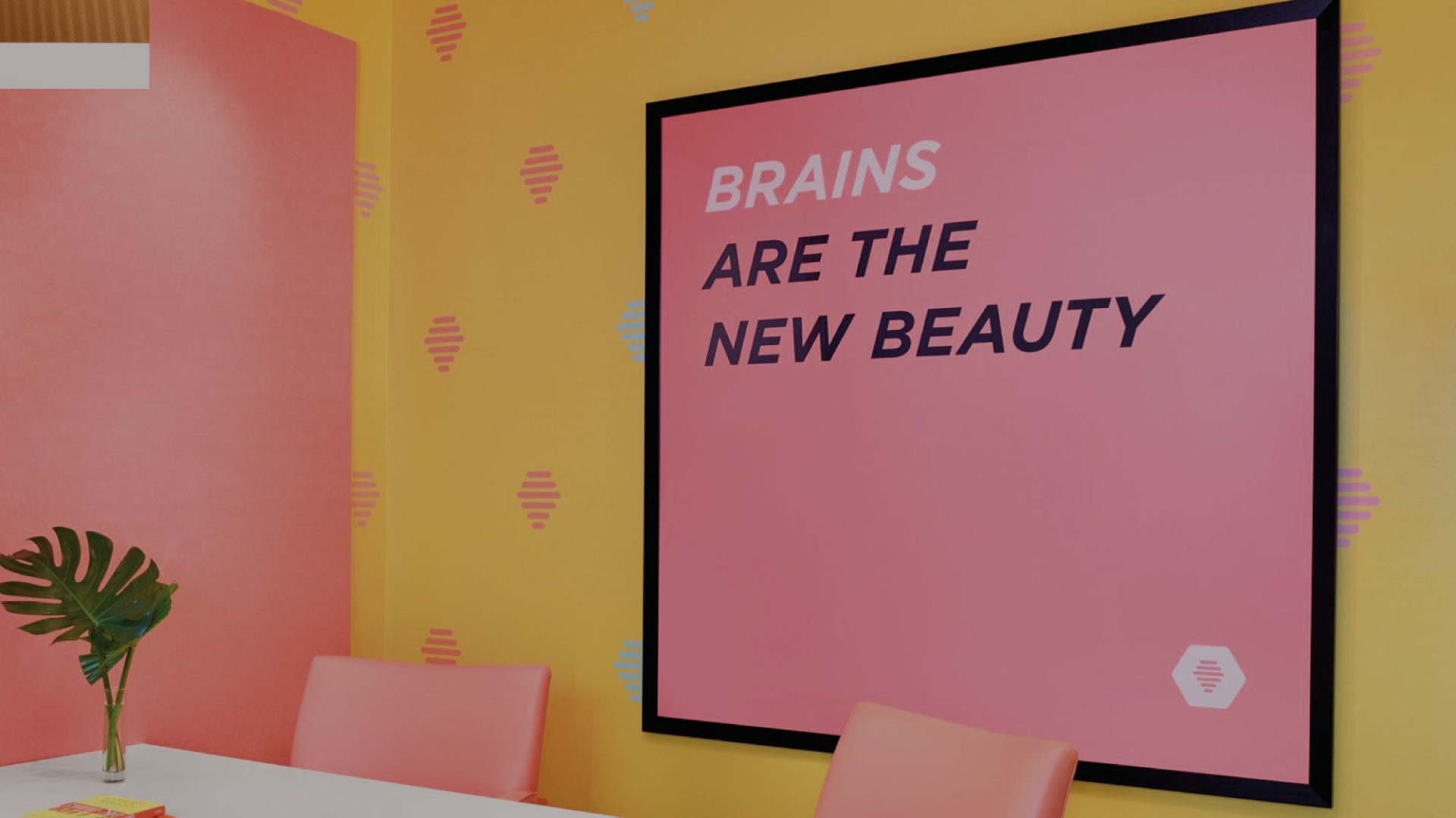 Opere d'arte, colore, piante alle pareti: come si progettano le pareti dell'ufficio?